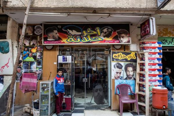 Egyptian barber uses fire to coif hair, wins clients over with affordability