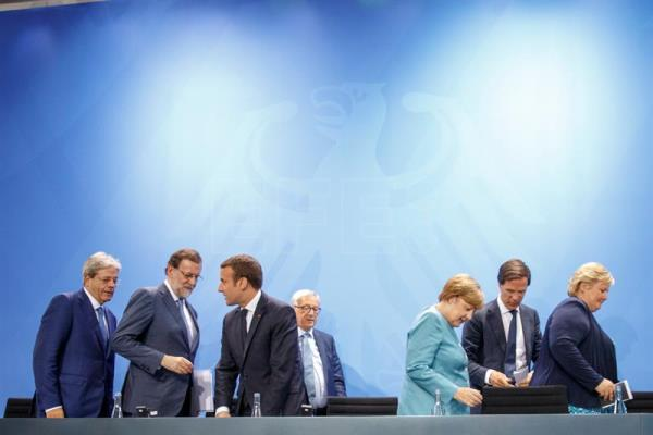 (L-R) Italian Prime Minister Paolo Gentiloni, Spanish Prime Minister Mariano Rajoy, French President Emmanuel Macron, EU Commission President Jean-Claude Juncker, German Chancellor Angela Merkel, Dutch Prime Minister Mark Rutte, and Prime Minister of Norway Erna Solberg after a press conference after the European G-20 leaders preparatory meeting at the Chancellery in Berlin, Germany, June 29, 2017. EPA/CARSTEN KOALL