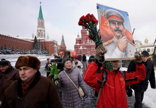 Stalin admirers lay flowers at tomb in Moscow, mark 65th anniversary of death