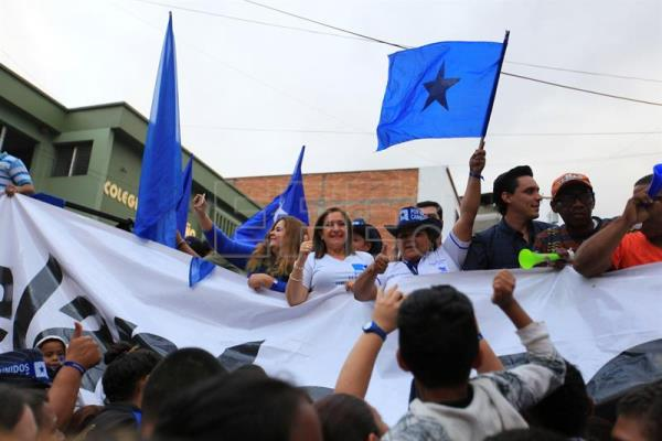Governing National Party sympathizers demand the registration of President Juan Orlando Hernandez to participate in the next elections, in front of the National Elections Tribunal, in Tegucigalpa, Honduras on December 14, 2016. EFE / Gustavo Amador