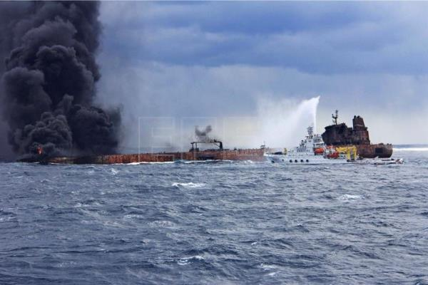 Oil tanker leaves extensive oil slicks after explosion