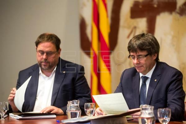 Catalan president Carles Puigdemont (R) and deputy premier Oriol Junqueras attend the regional cabinet meeting in Barcelona, northeastern Spain, Sept. 26, 2017. EPA-EFE/Quique Garcia