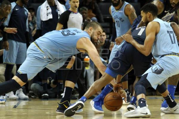 Memphis Grizzlies center Marc Gasol, of Spain, (L) helps force a turnover
