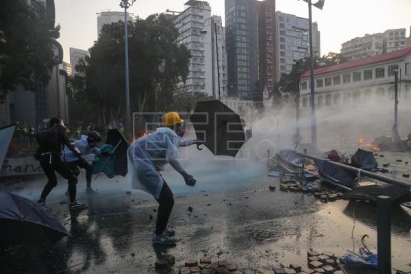 Police storm Hong Kong university campus amid violent clashes