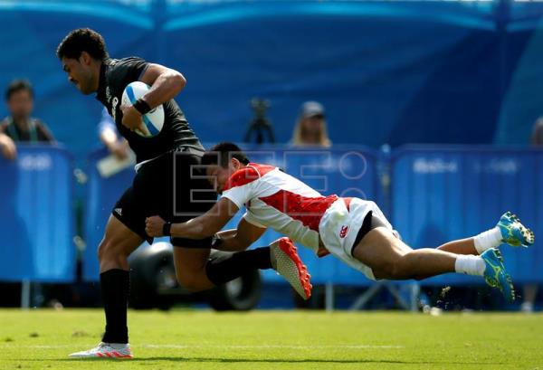 Akira Ioane (L) of New Zealand is tackled by Kazushi Hano (R) of Japan during the men's Rugby Sevens Pool C match between New Zealand and Japan of the Rio 2016 Olympic Games at the Deodoro Stadium in Rio de Janeiro, Brazil, 09 August 2016. EPA/YOAN VALAT