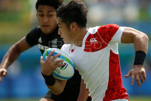 Teruya Goto (R) of Japan in action against Rieko Ionae of New Zealand during the men's Rugby Sevens Pool C match between New Zealand and Japan of the Rio 2016 Olympic Games at the Deodoro Stadium in Rio de Janeiro, Brazil, 09 August 2016. EPA/YOAN VALAT
