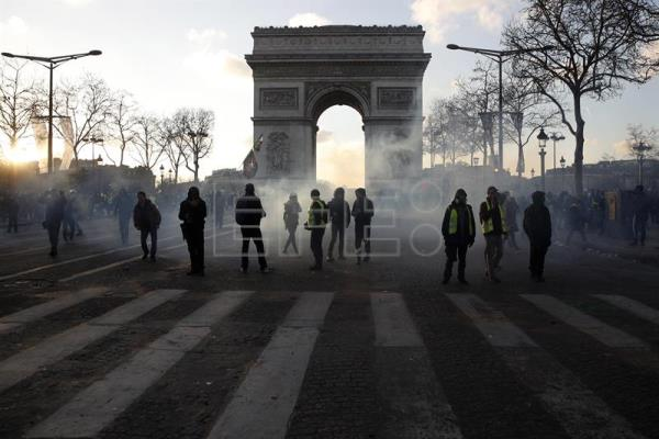 Yellow vest protesters start leaving the Champs-Elysees in Paris this Saturday, March 16, 2019, during a new demonstration that from daybreak involved looting and destruction as a way to show that the movement remains strong despite government promises. EFE-EPA/Yoan Valat