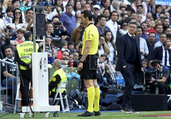 Spanish referee Martinez Munuera (C) looks at a video assistant referee (VAR) replay during a Spanish La Liga soccer match between Real Madrid and Celta Vigo at Santiago Bernabeu Stadium in Madrid, Spain, on March 16, 2019. EPA-EFE/BALLESTEROS