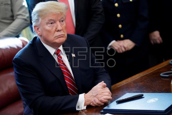 US President Donald Trump is seen at the signing this Friday, March 15, 2019, of his veto of the resolution passed by both houses of the US Congress rejecting his resort to a national emergency declaration to obtain funds for the wall he wants to build on the border with Mexico. EFE-EPA/Shawn Thew