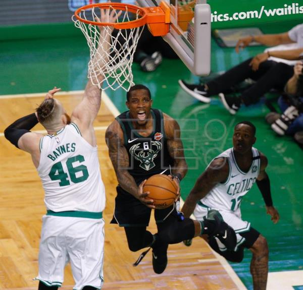 Milwaukee Bucks Eric Bledsoe (C) takes a shot past the defending Boston Celtics Aron Baynes (L) and Terry Rozier (R) during the first quarter of game one of the Eastern Conference First Round playoffs between the Boston Celtics and the Milwaukee Bucks at the TD Garden in Boston, Massachusetts, USA, 15 April 2018. EFE