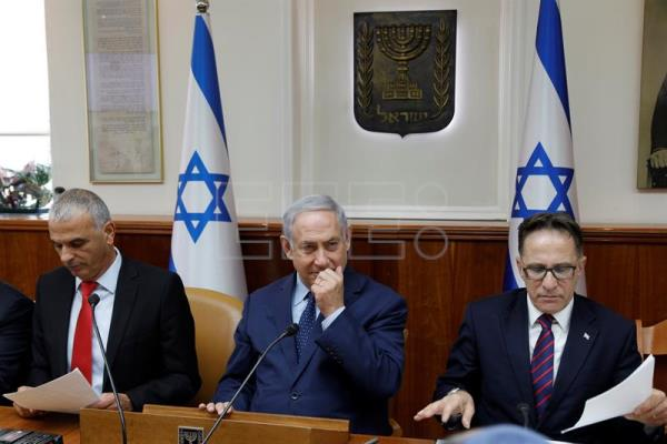 Israeli Prime Minister Benjamin Netanyahu gestures as he sits between Government secretary Braverman Tzachi (R) and Finance Minister Moshe Kahlon (L) at the start of the weekly cabinet meeting at the Prime Minister's office in Jerusalem, Israel, 15 April 2018. EFE