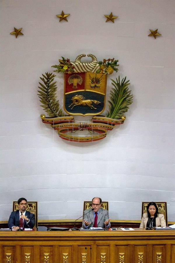 President of the Venezuelan National Assembly Julio Borges (C), first vice president Freddy Guevara (L) and second vice president Dennis Fernandez (R) during a session in Caracas, Venezuela, Jan. 9, 2017. EFE/MIGUEL GUTIERREZ