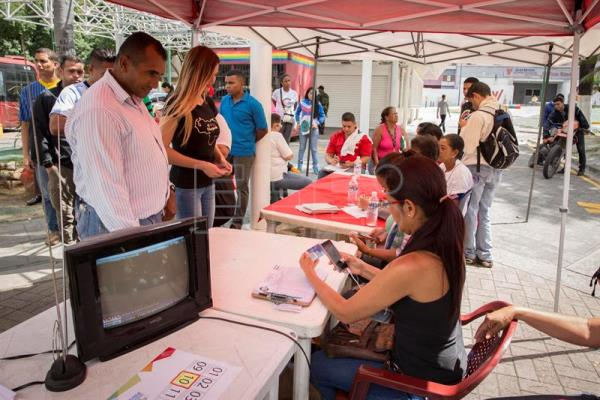 A photograph showing people voting in the National Constituent Assembly election at the Catia voting precinct in Caracas, Venezuela, on July 30, 2017. EFE/Helena Carpio