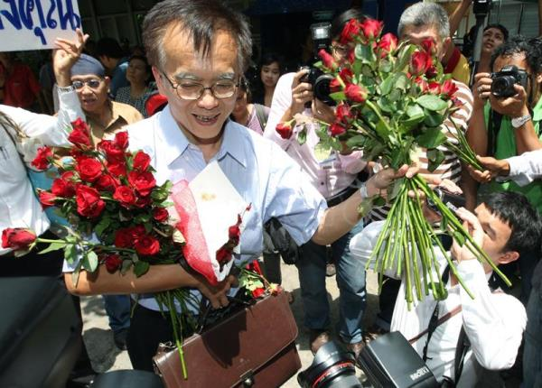 (FILE) Somsak Jiamteerasaku,l a Thai history professor from Thammasat University, receives flowers from his supporters upon his arrival to faces lese majeste charges at a police station in Bangkok, Thailand, 11 May 2011. EPA/NARONG SANGNAK