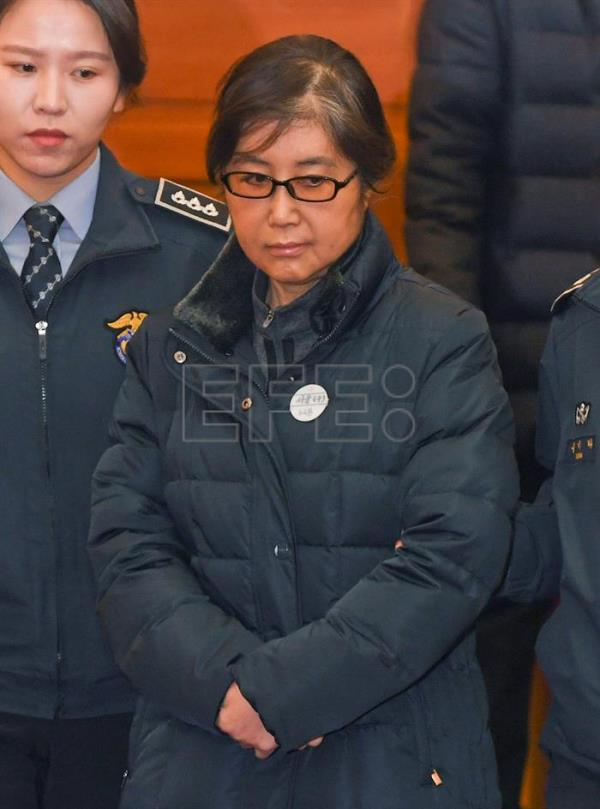 Choi Soon-sil (C), who is at the center of a corruption scandal, arrives for questioning at the Constitutional Court in Seoul, South Korea, 16 January 2017. EPA/KIM MIN-HEE / POOL