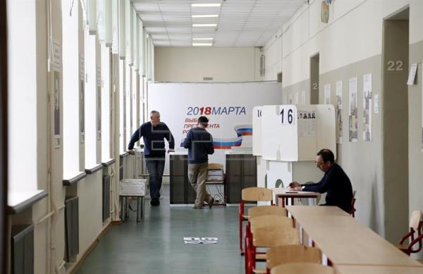 Members of the local election commission prepare a polling station at a local school in Moscow, 17 March 2018. Presidential election in Russia is scheduled for 18 March 2018. (Moscú, Rusia) EFE