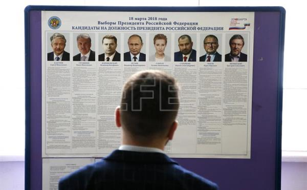A member of the local election commission prepares a polling station at a local school in Moscow, 17 March 2018. Presidential election in Russia is scheduled for 18 March 2018. (Moscú, Rusia) EFE