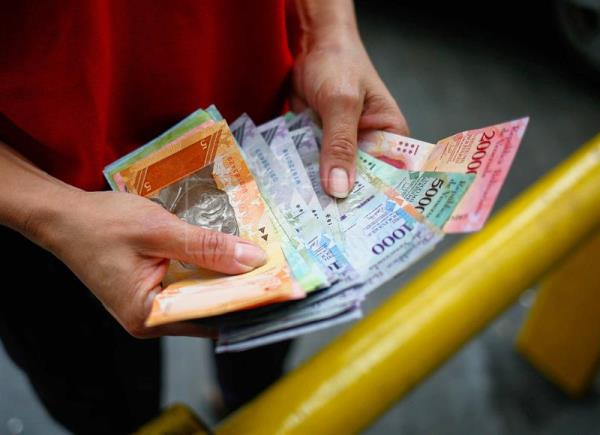 The Manager Of A Gas Station Counts Money In Caracas Venezuela 26 July