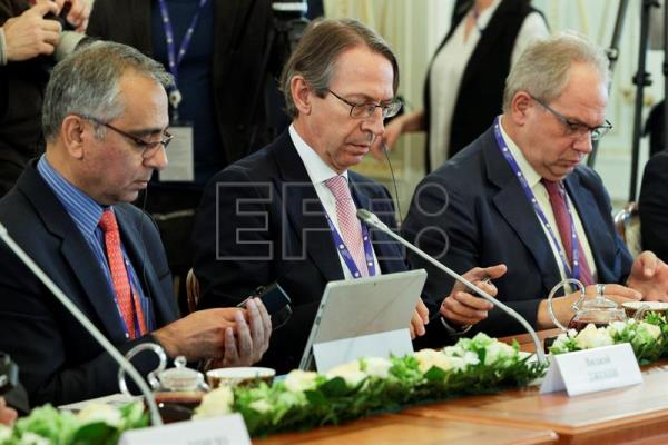 Managing editor of the Press Trust of India (PTI) Vijay Joshi (L), President of the Spanish EFE agency Jose Antonio Vera (C) and ANSA Director General Giuseppe Cerbone (R) attend a meeting of Russian President Vladimir Putin with heads of international news agencies at the St. Petersburg International Economic Forum in St. Petersburg, Russia, June 1, 2017. EPA/DMITRI LOVETSKY / POOL