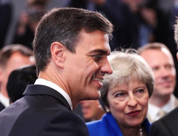 Spain's Prime Minister Pedro Sanchez (L) and British Prime Minister Theresa May (R) during the NATO Summit in Brussels, Belgium, July 11, 2018. EPA/OLIVIER HOSLET