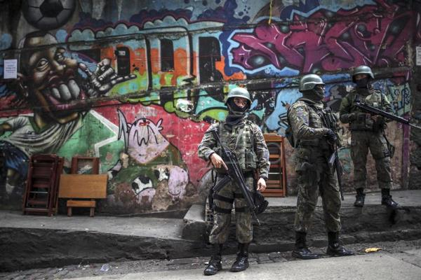 Thousands of Brazilian troops sweep Rio shantytowns