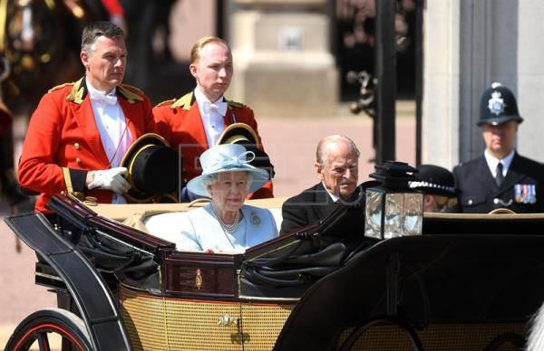 Queen Elizabeth II and Philip, Duke of Edinburgh leave Buckinham Palace during the Queen's 91st birthday parade in London, the United Kingdom, June 17, 2017. EFE/EPA/FACUNDO ARRIZABALAGA