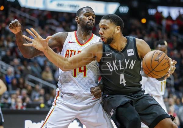 Brooklyn Nets center Jahlil Okafor (R) in action against Atlanta Hawks center Dewayne Dedmon (L) during the second half of the NBA basketball game at Philips Arena in Atlanta, Georgia. EFE