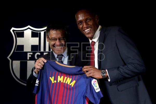 Yerry Mina (R) poses with his new jersey next to Barcelona FC's president Josep Maria Bartomeu (L) during his presentation as new Barcelona FC player at the Camp Nou stadium in Barcelona, Spain, Jan. 13, 2018. EPA-EFE/Alberto Estevez