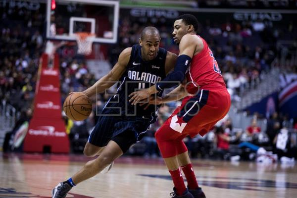 Orlando Magic guard Arron Afflalo (L) in action against Washington Wizards forward Otto Porter Jr. (R) during the first half of their NBA game at the Capital One Center in Washington. EFE