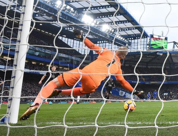 Leicester goalkeeper Kasper Schmeichel in action during the English Premier League match between Chelsea and Leicester City at Stamford Bridge in London, Britain. (Londres) EFE/EPA