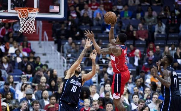 Washington Wizards guard Bradley Beal (C) in action against Orlando Magic forward Evan Fournier of France (L) and Orlando Magic forward Jonathon Simmons (R) during the first half of their NBA game at the Capital One Center in Washington. EFE