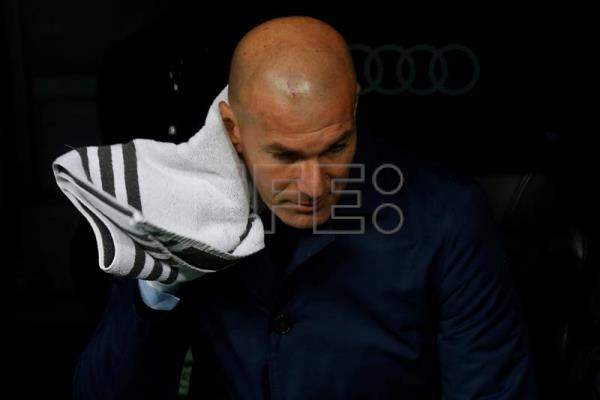 Real Madrid head coach Zinedine Zidane reacts during his side's La Liga match against Villarreal at Santiago Bernabeu Stadium in Madrid, Spain, Jan. 13, 2018. EPA-EFE/KIKO HUESCA