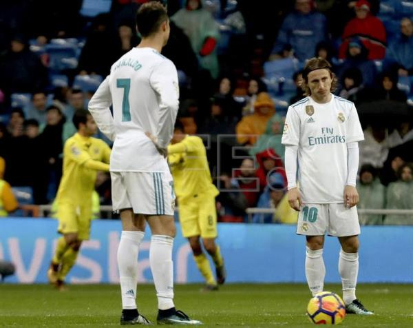 Real Madrid players Cristiano Ronaldo (L) and Croatian midfielder Luka Modric react after Villarreal scored a late goal during a La Liga match  at Santiago Bernabeu Stadium in Madrid, Spain, Jan. 13, 2018. EPA-EFE/KIKO HUESCA