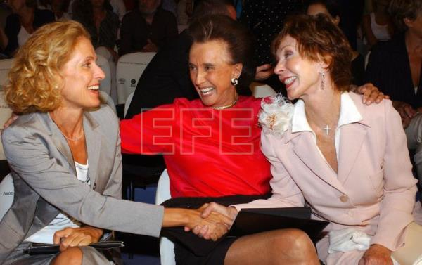 Alinne Griffith, Countess of Romanones (C) introducing the wife of the US ambassador in Spain to Pilar Medina Sidonia, Duchess of Fernandina, during a presentation of fashion designer Elio Berhanyer at Madrid's Pasarela Cibeles fashion show, Sept 24, 2003.-EPA-EFE (File)/Angel Diaz