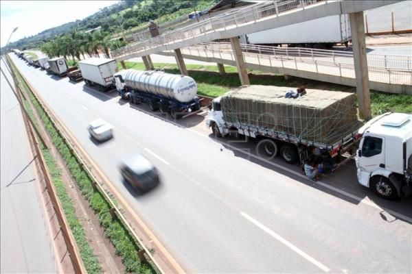 A long line of vehicles block a lane of traffic in the western Brazilian state of Minas Gerais. Truckers are protesting in 13 states seeking a reduction in the cost of diesel and higher compensation for hauling their freight. EFE