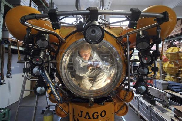 Submersible pilot Juergen Schauer does maintenance work on the research submersible JAGO at the research centre in Kiel, Germany, 05 January 2012. EFE / File