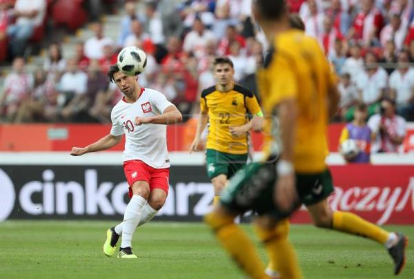 Poland's Grzegorz Krychowiak (L) in action during the international friendly soccer match between Poland and Lithuania in Warsaw, Poland, June 12, 2018. EPA-EFE/Leszek Szymanski