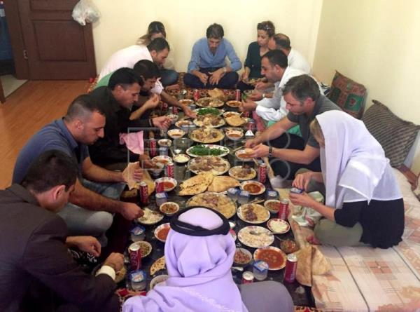 Elizabeth Schaeffer Brown cofounder of Nadia's Initiative (right with scarf on her head) during a meal with a group of yazidies en Dohuk (Iraq). Mar. 16, 2019. EPA-EFE/HANDOUT Elizabeth Schaeffer Brown