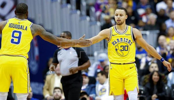 Stephen Curry (d), jugador de los Warriors de Golden State. EFE/Archivo