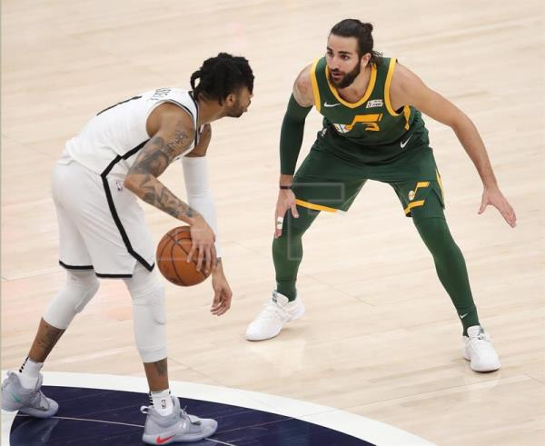 El jugador español Ricky Rubio (dcha) de Utah Jazz defiende ante D'Angelo Russell (izq) de Brooklyn Nets durante un partido de la NBA entre Utah Jazz y Brooklyn Nets disputado este sábado en el Vivint Smart Home Arena de Salt Lake City, Utah (Estados Unidos). EFE
