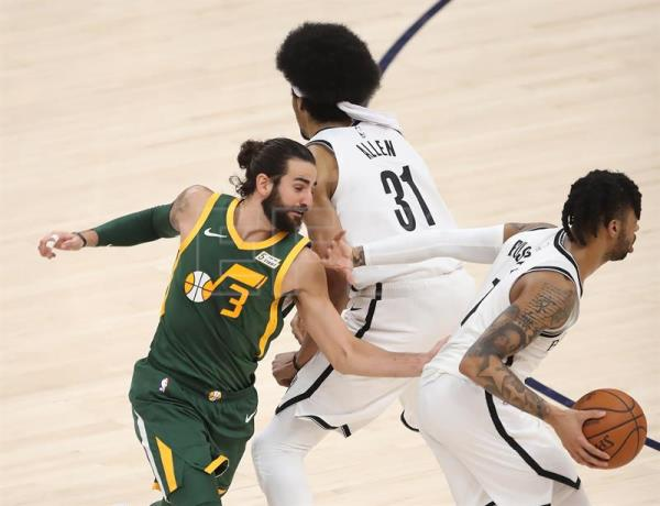 El jugador español Ricky Rubio (izq) de Utah Jazz defiende ante D'Angelo Russell (dcha) y Jarrett Allen (c) de Brooklyn Nets durante un partido de la NBA entre Utah Jazz y Brooklyn Nets disputado este sábado en el Vivint Smart Home Arena de Salt Lake City, Utah (Estados Unidos). EFE