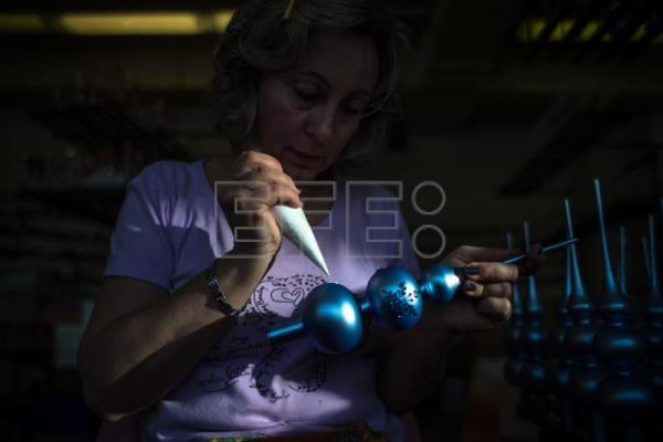 Czech artisans make glass Christmas decorations, resist Chinese competition