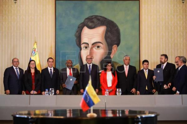 Chavistas sign deal with small opposition group, will return to parliament