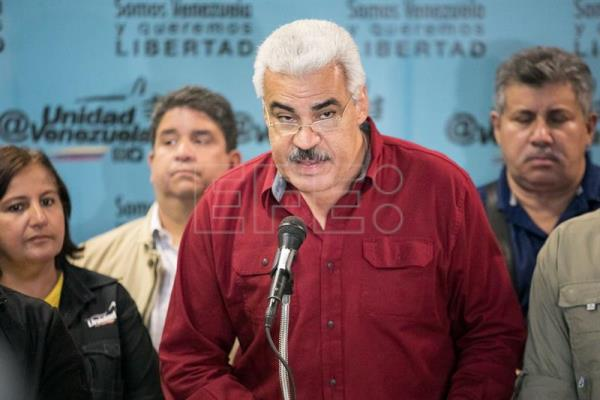 Democratic Unity Roundtable (also known by its Spanish acronym 'MUD') spokesman Angel Oropeza (C) offers statements to the press in Caracas, Venezuela, 16 October 2017.  EPA-EFE/MIGUEL GUTIERREZ
