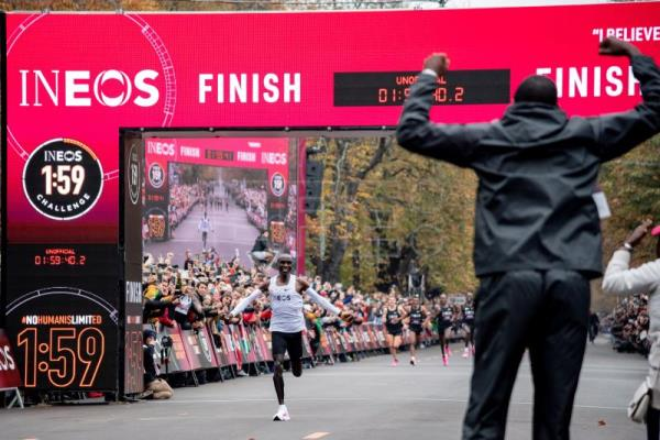 Kenyan Kipchoge becomes 1st athlete to run sub-2 hour marathon