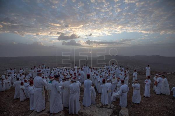 Samaritans greet the dawn atop their holiest mountain to mark Sukkot holiday
