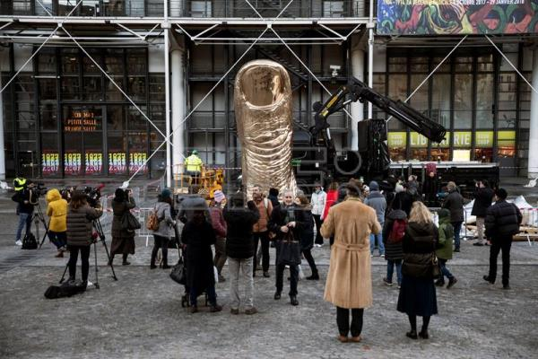 A gigantic bronze thumb by French artist César Baldaccini is installed and displayed in front of the Centre Pompidou in advance of an upcoming retrospective in Paris, France, on Nov. 28, 2017.