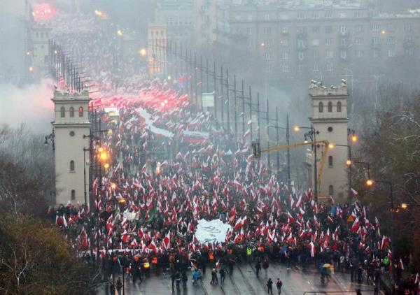 Polish nationalists march through Warsaw's streets on Independence Day
