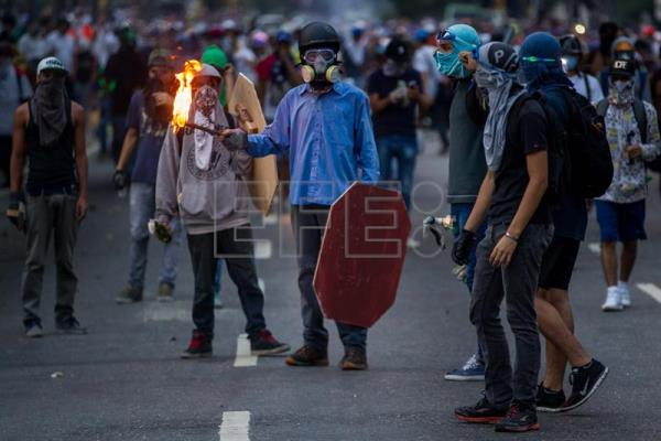 A group of protesters clash with police during a protest by opponents of the Venezuelan government in Caracas, Venezuela, May 1, 2017. EFE/MIGUEL GUTIERREZ