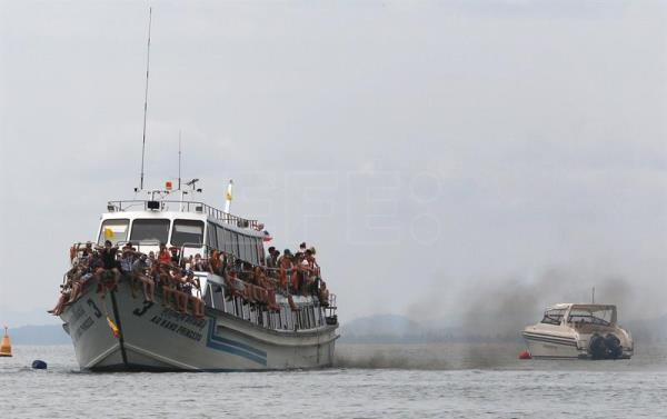 Five killed as tourist boat sinks in southern Thailand